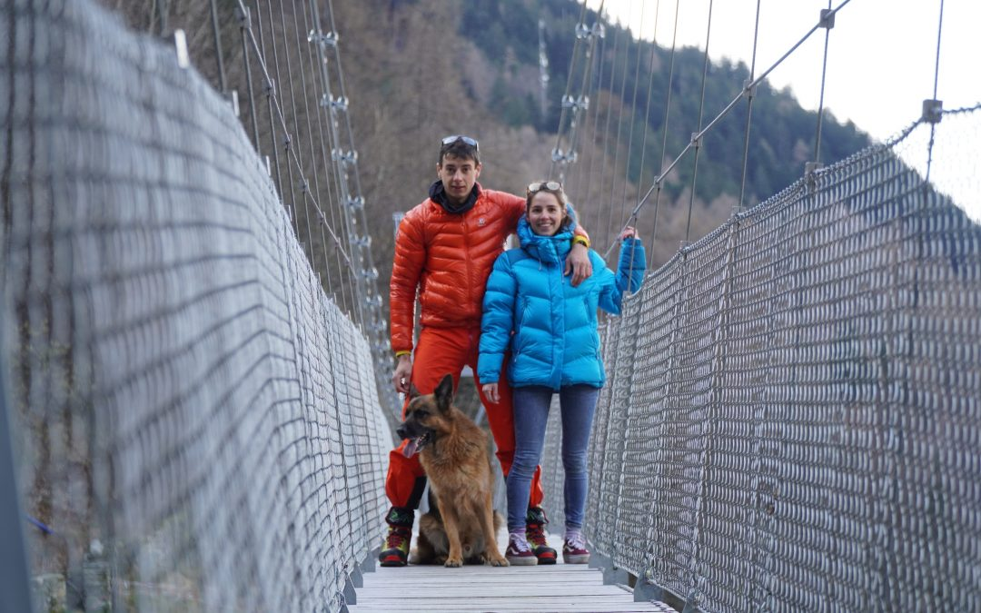 A Travers Les Alpes, en couple avec un chien.